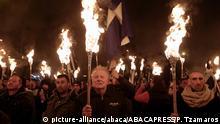 Griechenland Athen | Unterstützer der Ultra-Nationalistischen Partei Golden Dawn Demonstrieren mit Fackeln