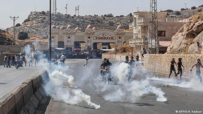Türk güvenlik güçlerinin gözyaşartıcı gaz kullandığı belirtiliyor