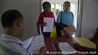 Mujeres en una oficina del censo en Assam, India.