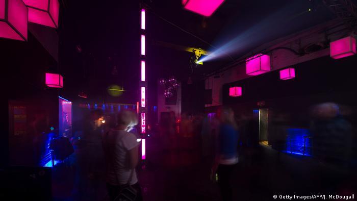 Cubos de luces en magenta y azul, en el interior del club.