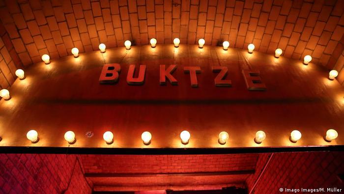 Letrero con luces a la entrada del Ritter Butzke.