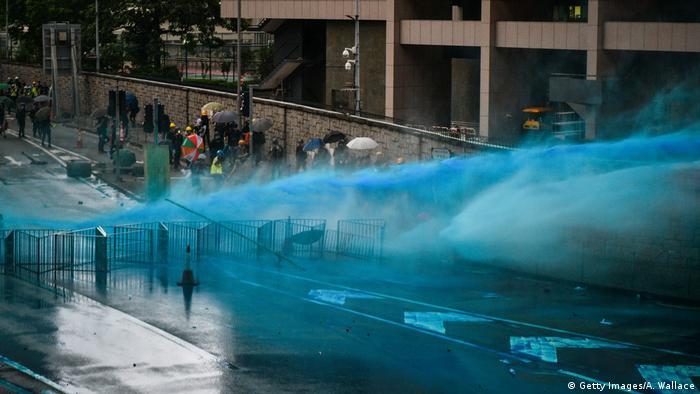 Jatos de água azulada nas ruas de Hong Kong