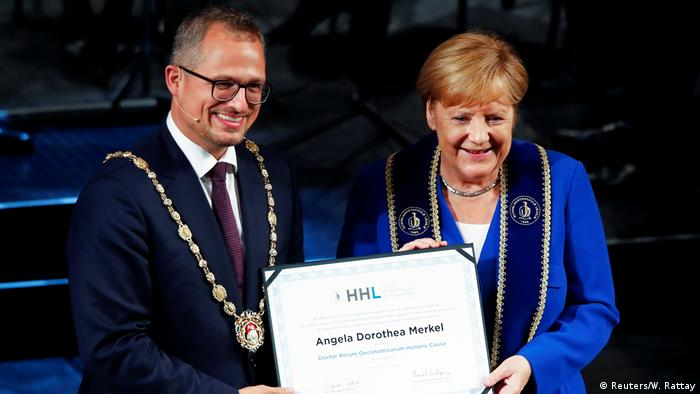 Merkel holds her 17th honorary doctorate (Reuters/W. Rattay)