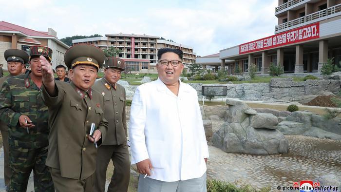 Ditador norte-coreano, Kim Jong-un, vistoria obras, junto de auxiliares militares