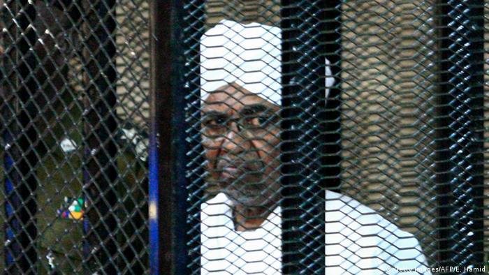 Mantan Presiden Sudan Omar-al-Bashir dibalik terali besi