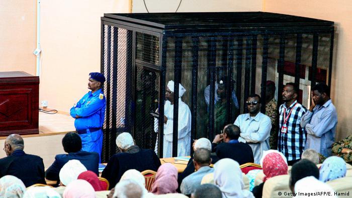 الرئيس المخلوع عمر البشير في قفص الاتهام أمام المحكمة في 31 أغسطس 2019