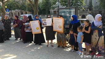 На акции протеста живущих в Германии чеченцев перед российским посольством в Берлине