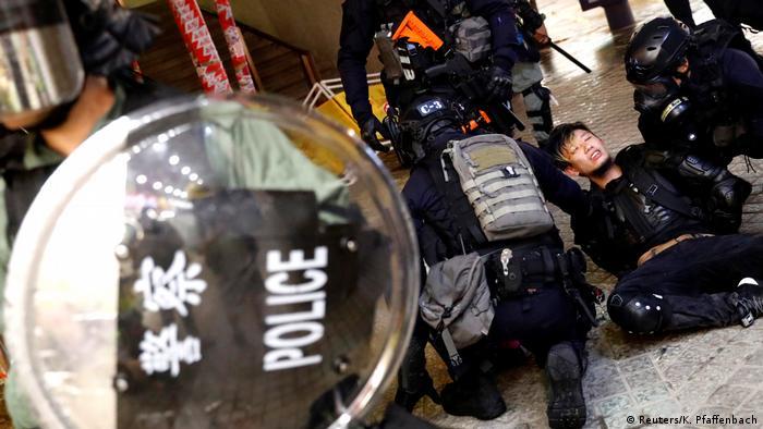 Hong Kong Erneut Zusammenstöße zwischen Polizei und Demonstranten (Reuters/K. Pfaffenbach)