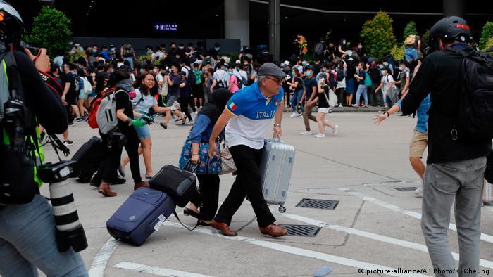 Hongkong Protest | Protestierende am Flughafen von Hongkong (picture-alliance/AP Photo/K. Cheung)