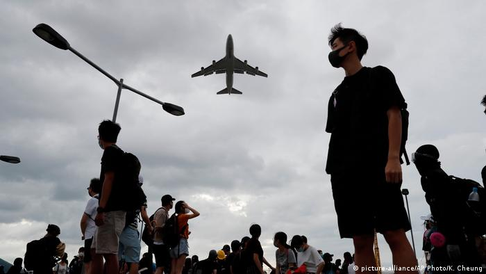 Hongkong Protest | Protestierende am Flughafen von Hongkong (picture-alliance/AP Photo/K. Cheung)