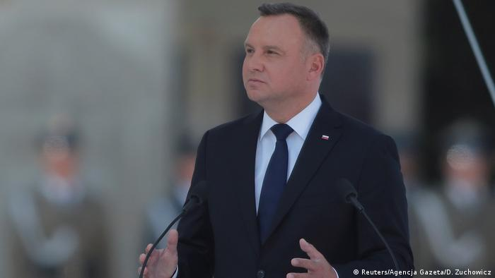 Въпреки острите критики от всички страни, полският президент Анджей Дуда подписа оспорвания закон