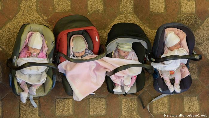 младенцы албанских беженцев