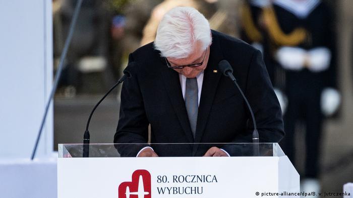 Prezydent RFN kłania się na mównicy w geście prośby o przebaczenie