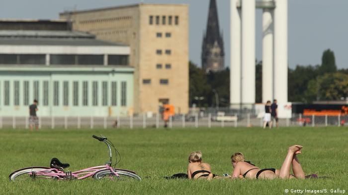 Deutschland | Sonnen im Park (Getty Images/S. Gallup)