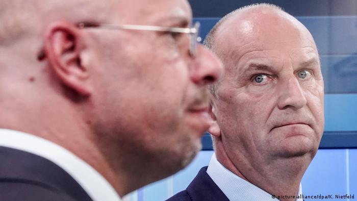 Ο απερχόμενος πρωθυπουργός Βόιντκε παρατηρεί τον υποψήφιο της AfD Κάλμπιτς