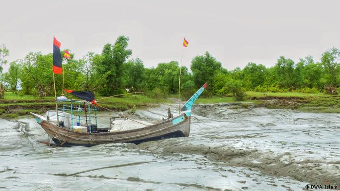 Ein traditionelles Fischerboot im Schlick vor Bhasan Char