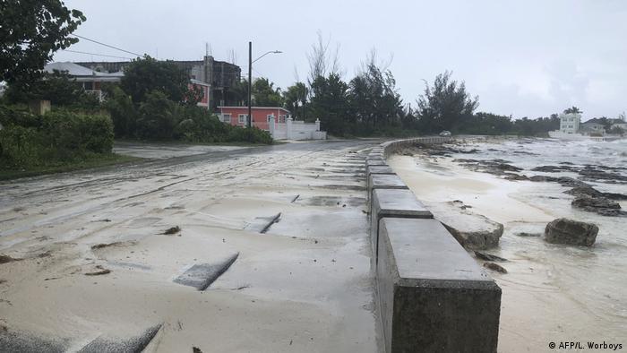 La arena de la costa se desplazó hasta las aceras en Nassau, Bahamas, debido a la violencia del huracán Dorian, que tocó tierra allí con la categoría 5. El ojo de la tormenta azotó también las islas Ábaco, en el norte del archipiélago de las Bahamas, con vientos devastadores y lluvias torrenciales.