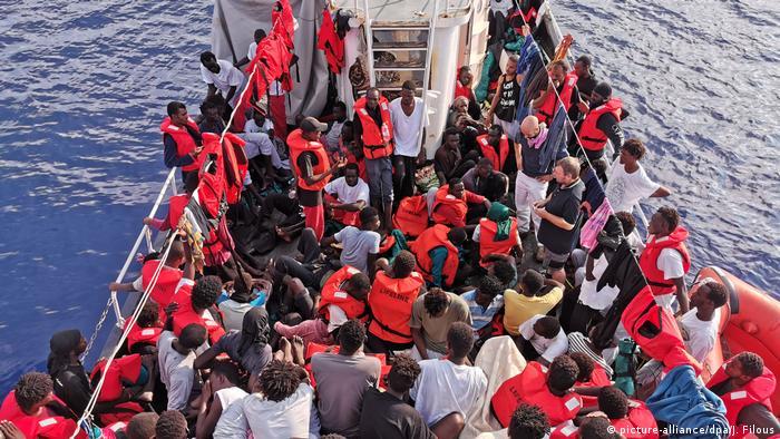 Поліція Італії конфіскувала німецьке судно Eleonore, але дозволила понад сотні мігрантів з нього зійти на берег