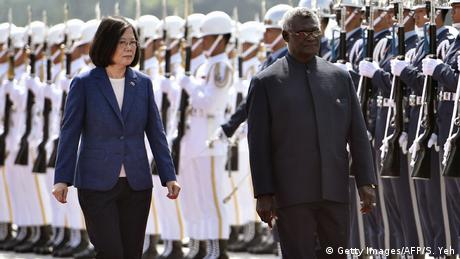 Taiwan Tsai Ing-wen und Manasseh Sogavare in Taipei (Getty Images/AFP/S. Yeh)