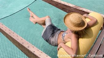 Eine Touristin entspannt sich auf den Malediven
