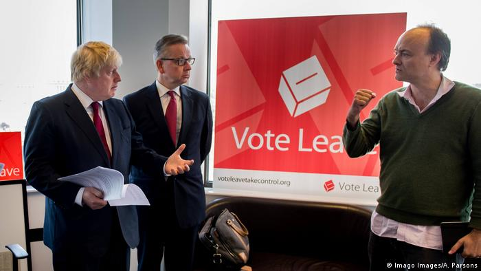 From left to right: Boris Johnson, Michael Gove and Dominic Cummings, pictured in front of a Vote Leave campaign poster. Archive photo. (Imago Images/A. Parsons)