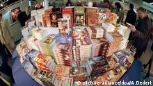 Bücher stapeln sich an einem Stand auf der Internationalen Frankfurter Buchmesse, die am 7.10.1998 für das Fachpublikum aus aller Welt geöffnet hat. Rund 6750 Verlage aus 107 Ländern stellen ihre Neuheiten auf dem größten Buchmarkt der Welt vor. Ungeachtet des Trubels um den plötzlichen aufgetauchten Autoren Salman Rushdie ist die Frankfurter Buchmesse ruhig und geordnet in ihre nunmehr 50. Ausgabe gestartet. In den Messehallen, die zusammen einer Fläche von 25 Fußballfeldern entsprechen, herrschte bei den Ausstellern zwar geschäftiges Treiben. Doch hielt sich die ansonsten auftretende Messehektik um die - dieses Mal zirka 370000 - präsentierten Buchtitel stark in Grenzen. | Verwendung weltweit
