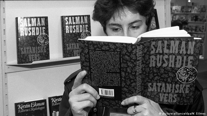 Salman Rushdie's Satanische Verse auf der Frankfurter Buchmesse (picture-alliance/dpa/W. Eilmes)