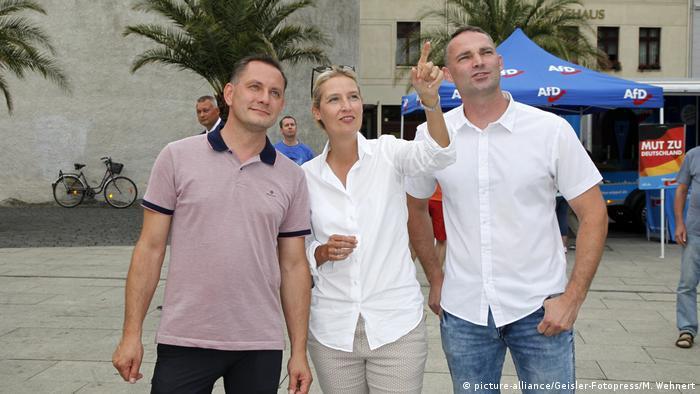 Partidários da AfD Tino Chrupalla, Alice Weidel e Sebastian Wippel num evento de campanha eleitoral na cidade alemã de Görlitz