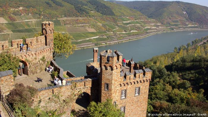Sooneck Castle in Niederheimbach with the Rhine river in the background(picture-alliance/Arco Images/F. Gierth)