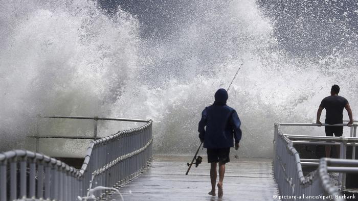 El centro del huracán Dorian se mueve este miércoles en dirección nor-noroeste en paralelo a la costa nororiental de Florida. EE. UU., con vientos máximos sostenidos de 105 millas por hora (165 km/h) e intensas lluvias, informó el Centro Nacional de Huracanes (NHC). No se informó de víctimas en Florida pero sí de miles de personas evacuadas y de hogares y negocios sin energía eléctrica.