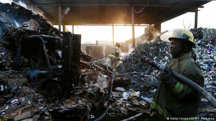 Ein Feuerwehrmann in einem abgebrannten Laden