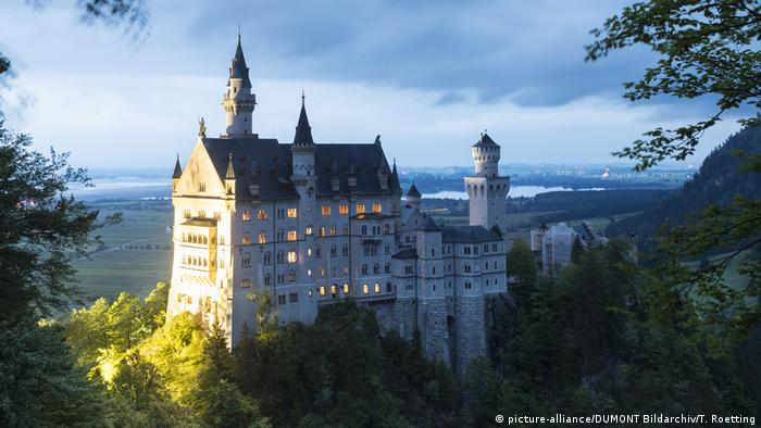 View of Neuschwanstein Castle in Germany at dusk (picture-alliance/DUMONT Bildarchiv/T. Roetting)