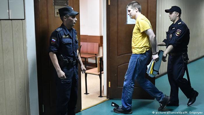 Vladislav Sinitsa es conducido a la Corte por policía moscovita.