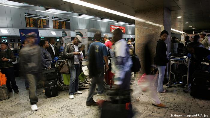 Südafrika Johannesburg Passagiere am Flughafen (Getty Images/AFP/A. Joe)