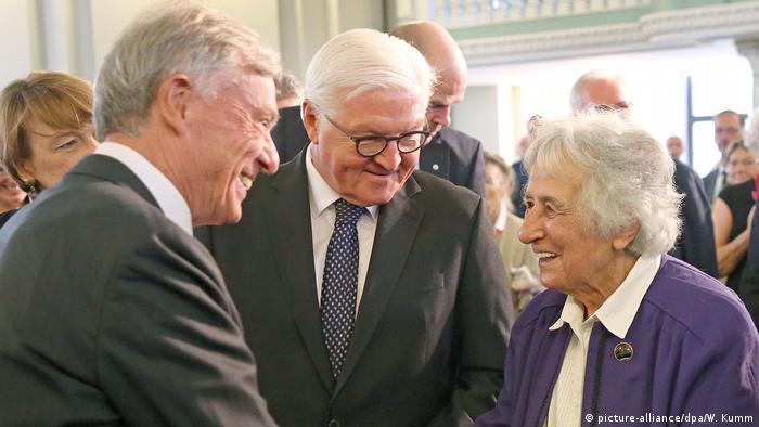 Anita Lasker-Valfiš sa bivšim i sadašnjim predsjednikom Njemačke: Horstom Kelerom i Frank-Valterom Štajnamjerom