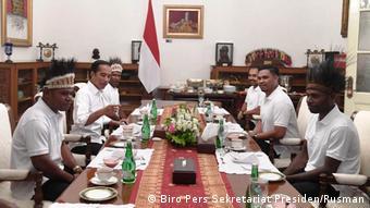 Indonesien Präsident Joko Widodo und Bürger von Nduga und Yapen Papua