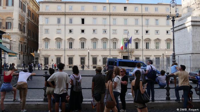 Italien Regierungsbildung Schaulustige vor dem Palazzo Chigi in Rom