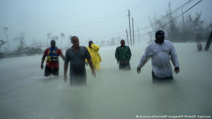 Menschen waten in den hüfthohen Fluten, die der Hurrikan Dorian auf den Bahamas verursacht hat