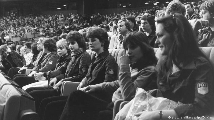 People seated in a concert hall in 1983 (picture-alliance/dpa/D. Klar)