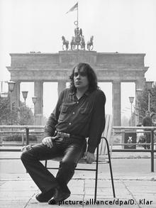Udo Lindenberg 1983 in der DDR vor dem Brandenburger Tor (picture-alliance/dpa/D. Klar)