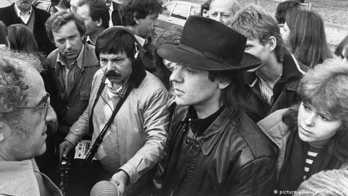 Удо Линденберг на КПП между Западным и Восточным Берлином в 1983 году