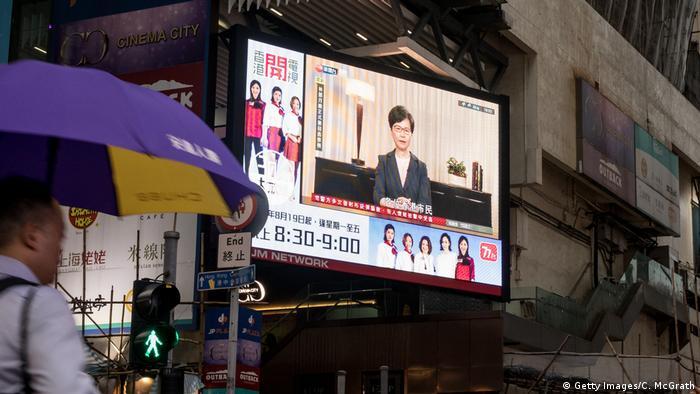 Hongkong | Fernsehübertragung einer Pressekonferenz von Carrie Lam auf einem Bildschirm in Hongkong (Getty Images/C. McGrath)