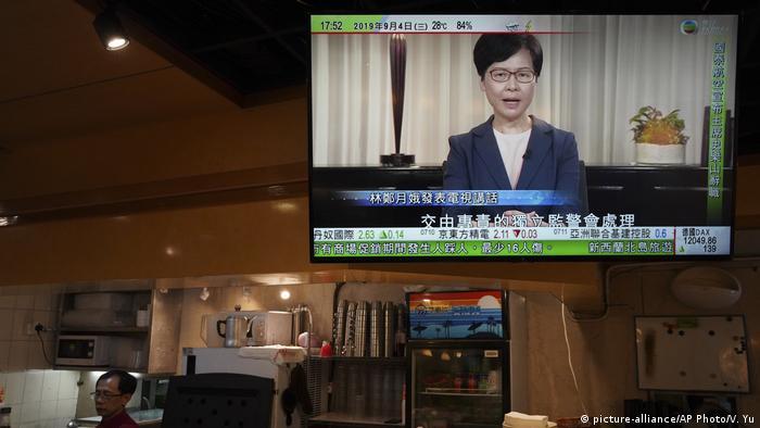Hongkong | Fernsehübertragung einer Pressekonferenz von Carrie Lam auf einem Bildschirm in Hongkong (picture-alliance/AP Photo/V. Yu)