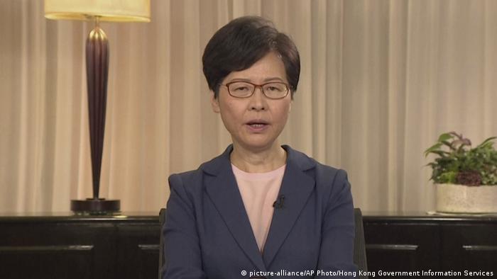 Hongkong   Carrie Lam spricht bei Nachrichtenkonferenz (picture-alliance/AP Photo/Hong Kong Government Information Services)