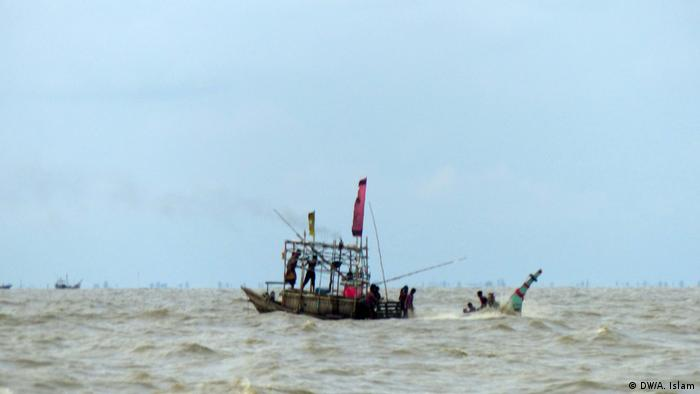 There is no proper transport for the common people to go to the island. Some people told DW that the roughness of the sea makes it difficult to reach the island on boats during the monsoon season.