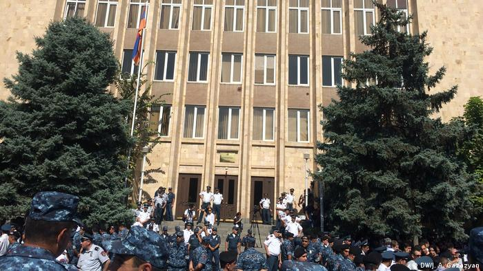 Здание КС Армении оцеплено полицейскими