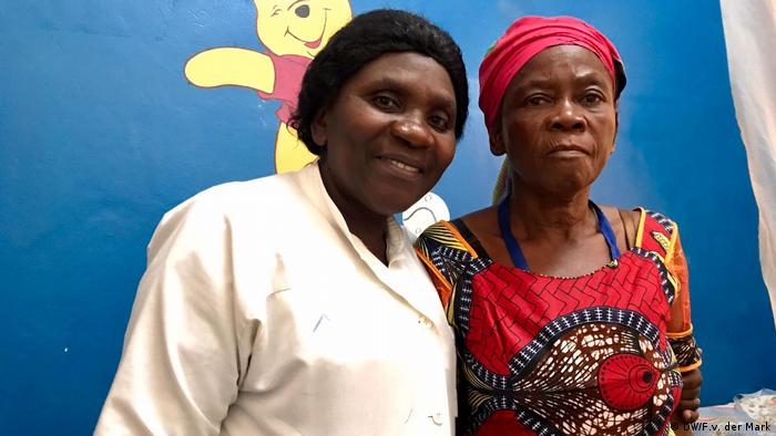 Social worker Esther with patient Fatuma at the Panzi Hospital (DW/F.v. der Mark)