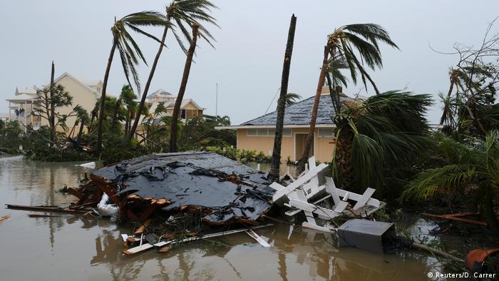 El huracán volcó automóviles y arrancó techos después de tocar tierra en las Bahamas. Muchos isleños han sido evacuados.