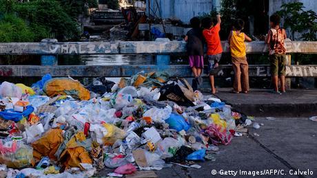 BdTD Philippinen Plastikmüll in den Straßen von Manila (Getty Images/AFP/C. Calvelo)