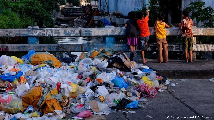 BdTD Philippinen Plastikmüll in den Straßen von Manila (Getty Images/AFP/C. Calvelo)